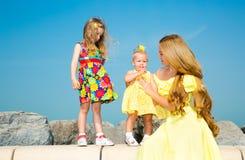 Abrazo feliz de las muchachas de la mamá y de los niños El concepto de niñez y de familia Madre hermosa y su hija del bebé al air Fotos de archivo libres de regalías