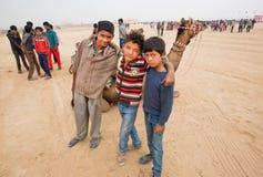Abrazo feliz de los niños en el paisaje del desierto Imagen de archivo libre de regalías