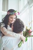 Abrazo feliz de los pares Abarcamiento de la novia y del novio Fotografía de archivo libre de regalías
