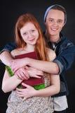 Abrazo feliz de los pares de los adolescentes Foto de archivo