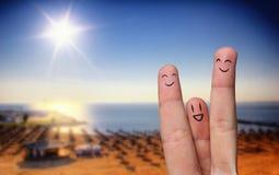 Abrazo feliz del dedo en la playa fotos de archivo libres de regalías