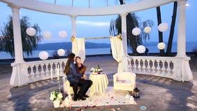 Abrazo feliz del individuo y de la muchacha en el parque Fecha romántica almacen de video