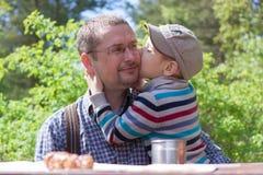 Abrazo feliz del niño del padre al aire libre Imagen de archivo