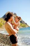 Abrazo feliz del padre y del bebé al aire libre. Concepto de familia. Fotos de archivo