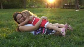 Abrazo fuerte de la familia almacen de metraje de vídeo
