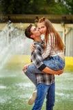 Abrazo grande de los adolescentes enamorados Fotos de archivo