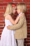 Abrazo hermoso de la niña y del muchacho Fotos de archivo libres de regalías