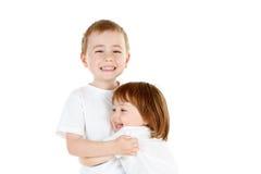 Abrazo joven de los hermanos imagenes de archivo