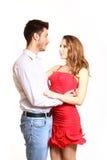 Abrazo joven de los pares aislado en el fondo blanco Foto de archivo libre de regalías