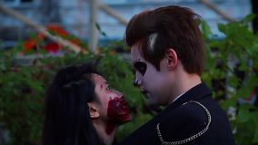 Abrazo joven de los pares, disfrutando del partido de Halloween, amantes que hablan el uno al otro almacen de metraje de vídeo