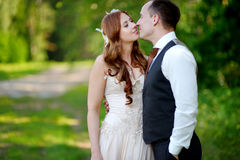 Abrazo joven de novia y del novio Foto de archivo libre de regalías