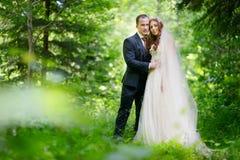 Abrazo joven de novia y del novio Fotos de archivo libres de regalías