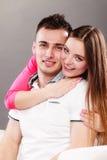 Abrazo joven sonriente feliz de los pares Amor Imagen de archivo