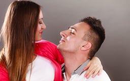 Abrazo joven sonriente feliz de los pares Amor Imagen de archivo libre de regalías