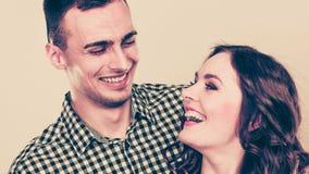Abrazo joven sonriente feliz de los pares Amor Imágenes de archivo libres de regalías