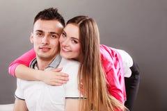 Abrazo joven sonriente feliz de los pares Amor Foto de archivo