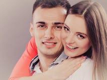 Abrazo joven sonriente feliz de los pares Amor Fotografía de archivo