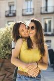 Abrazo lesbiano de los pares de las mujeres de las mujeres jovenes foto de archivo libre de regalías