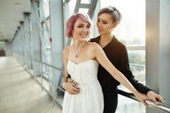 Abrazo lesbiano hermoso de los pares Amor y pasión entre las dos muchachas imagen de archivo