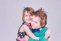 Abrazo lindo hermoso del niño pequeño y de la muchacha Fotos de archivo