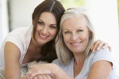 Abrazo maduro de la madre y de la hija Fotos de archivo