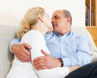 Abrazo mayor del hombre con la esposa madura con felicidad Imagen de archivo libre de regalías