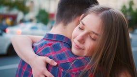 Abrazo ?ntimo de los pares de la expresi?n del amor del cuidado almacen de video