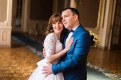 Abrazo precioso encantador de novia y del novio en interior lujoso fotografía de archivo libre de regalías