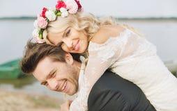 Abrazo relajado feliz de los pares de la boda Imagenes de archivo