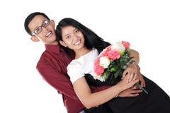 Abrazo romántico de los pares, aislado en blanco foto de archivo