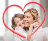 Abrazo sonriente de la madre y de la hija imágenes de archivo libres de regalías