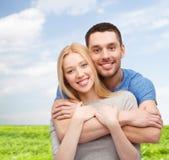 Abrazo sonriente de los pares Foto de archivo libre de regalías