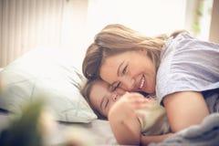 Abrazo y amor imagen de archivo
