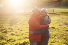 Abrazo y sonrisa felices de los pares de los mayores; Imágenes de archivo libres de regalías