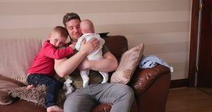 Abrazos con el papá almacen de video