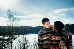 Abrazos de los pares de la felicidad El hombre joven abraza a una muchacha fotografía de archivo libre de regalías