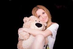 Abrazos de oso de la muchacha Imagen de archivo