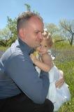 Abrazos del papá Fotografía de archivo libre de regalías