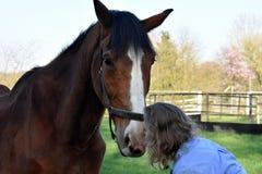 Abrazos rubias de la mujer con su caballo imágenes de archivo libres de regalías