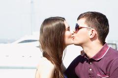 Abrazos y beso caucásicos hermosos jovenes de los pares Imágenes de archivo libres de regalías