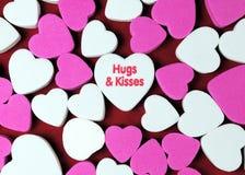 Abrazos y besos fotos de archivo