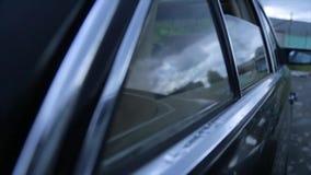 Abre la ventana del coche La ventanilla del coche lateral se abre Mecanismo de la abertura y del closing almacen de metraje de vídeo