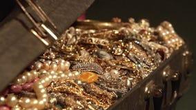 Abre una maleta vieja con los tesoros joyería tesoro secreto almacen de video