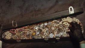 Abre una maleta vieja con los tesoros joyería tesoro secreto