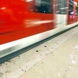 Abreise, ankommende U-Bahn als Geschwindigkeit stockfotografie