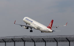 Abreiseflugzeuge Turkish Airliness Airbus A321-231 Lizenzfreies Stockbild