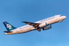 Abreisemelbourne internationaler Flughafen Air New Zealands Airbus A320-232 ZK-OJB lizenzfreies stockbild