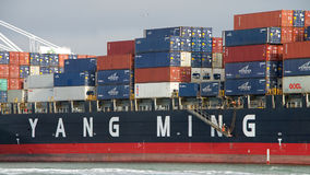 Abreisende Frachtschiff YM LEISTUNGSFÄHIGKEIT der Hafen von Oakland stockfotos