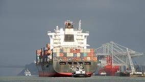 Abreisende Frachtschiff YM LEISTUNGSFÄHIGKEIT der Hafen von Oakland stockbilder