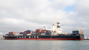 Abreisende Frachtschiff YM LEISTUNGSFÄHIGKEIT der Hafen von Oakland stockbild